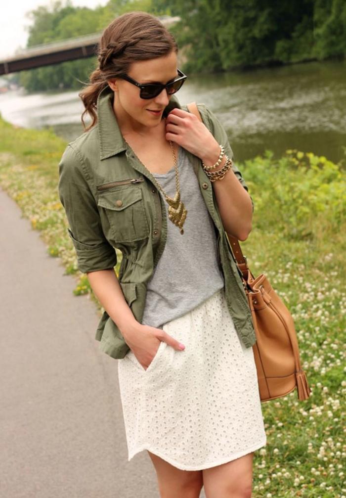 veste courte femme, modèle de jupe blanche avec pochette combinée avec blouse grise et collier doré