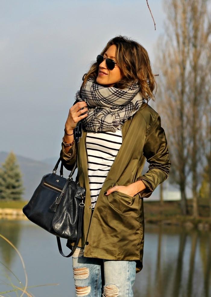 cfa5199f95ef association couleur vetement, look féminin en jeans clairs et blouse rayée  blanc et noir avec