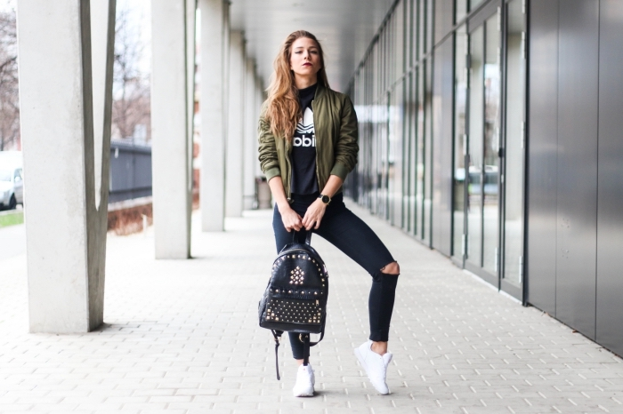 veste bomber, vision sportive avec jeans slim noirs combinés avec blouse noire addidas et baskets blancs