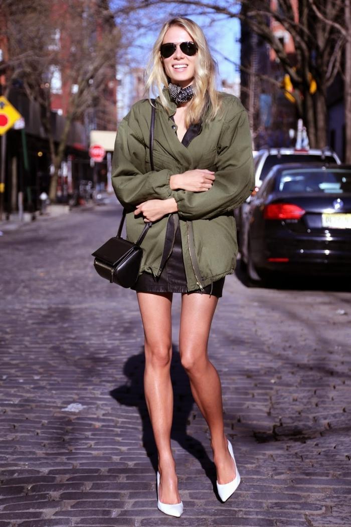 veste bomber, vision féminine avec robe courte noire et chaussures blanches combinées avec veste kaki