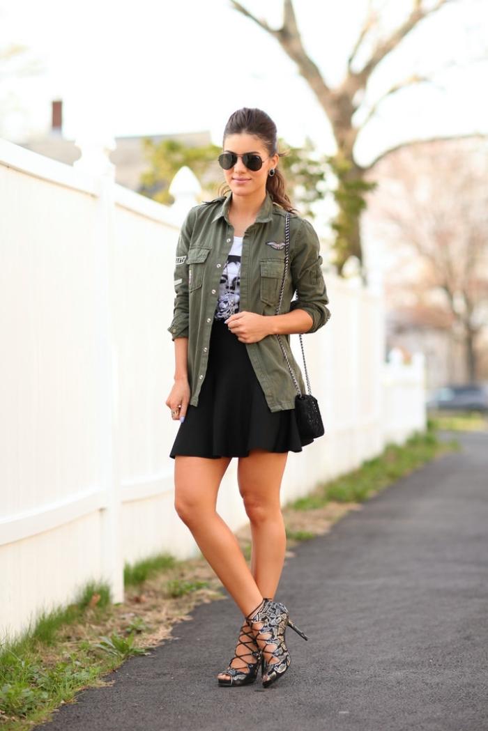 tenue avec veste kaki, jupe noire de taille haute portée avec t-shirt blanc et sandales à talons grises