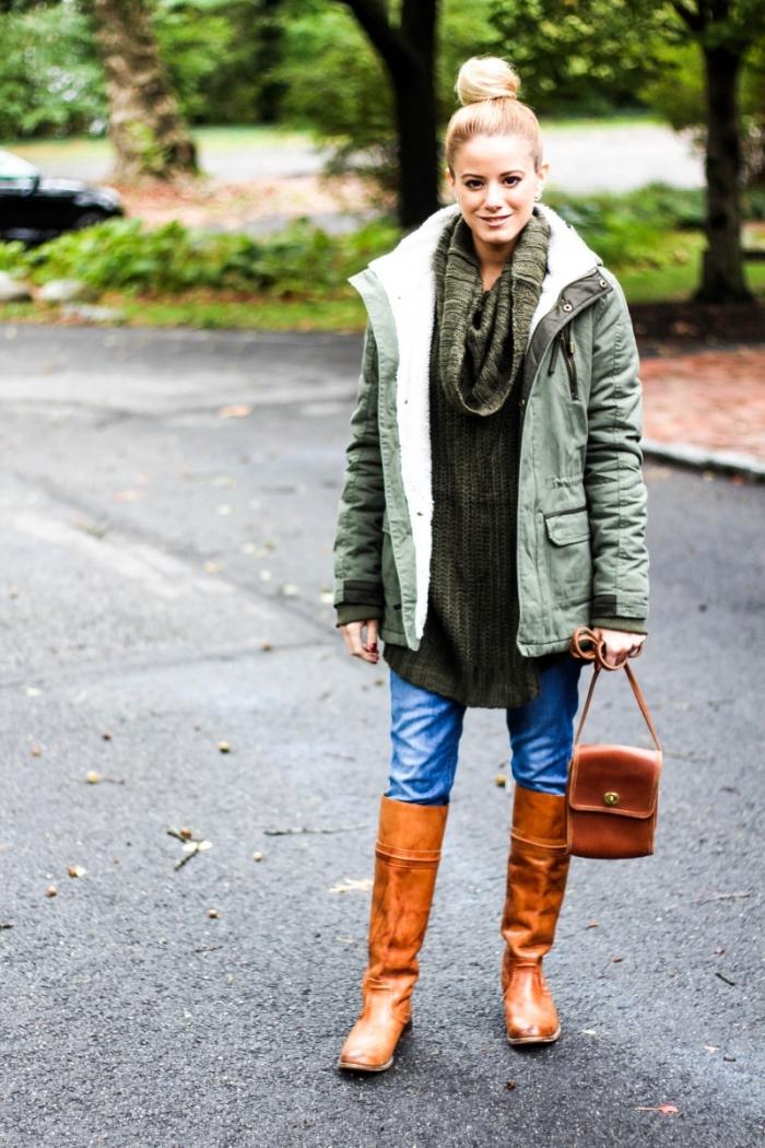 association couleur vetement, tenue femme en jeans clair et pull long de nuance kaki combinés avec bottines et sac à main marron