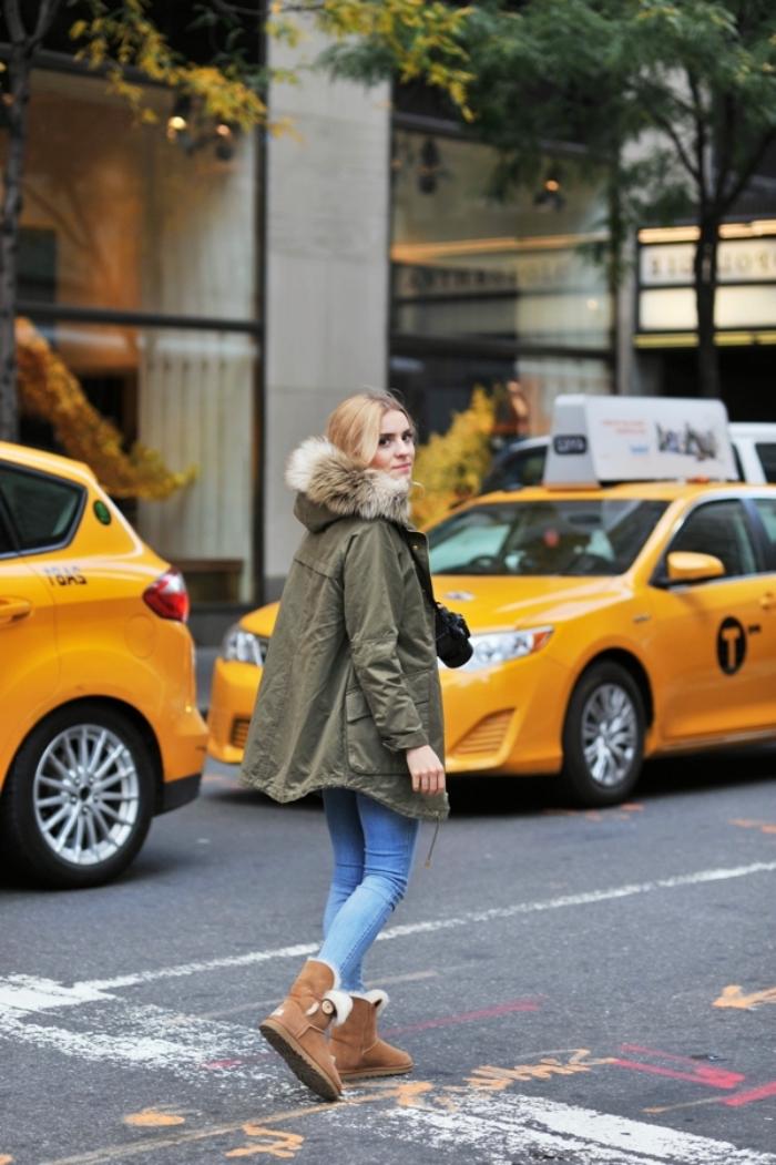 look veste kaki, jeune femme blonde habillée en jeans clair et manteau kaki combinés avec bottines marron
