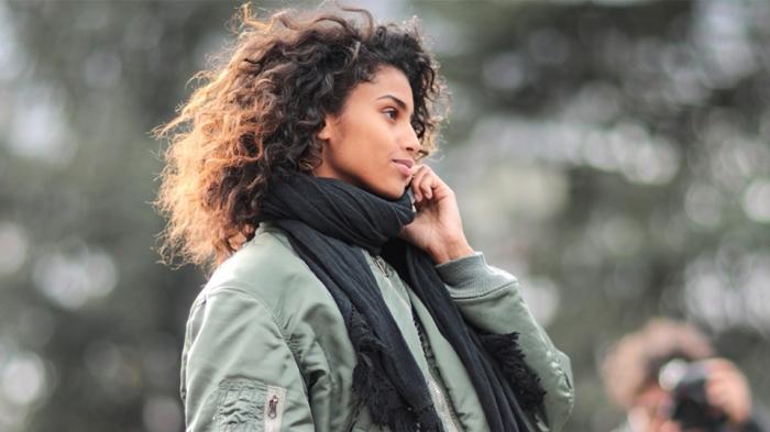 tenue kaki, jeune femme habillée en veste kaki ample combinée avec modèle d'écharpe noire et longue