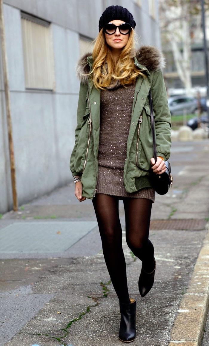 association couleur vetement, blonde en tunique marron pailletée combinée avec bottines en cuir noir