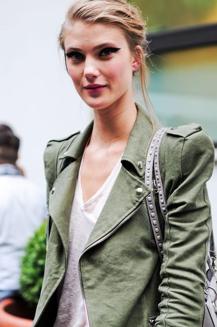 look veste kaki, maquillage aux lèvres rouges et eye-liner noir pour femme aux cheveux blond foncé