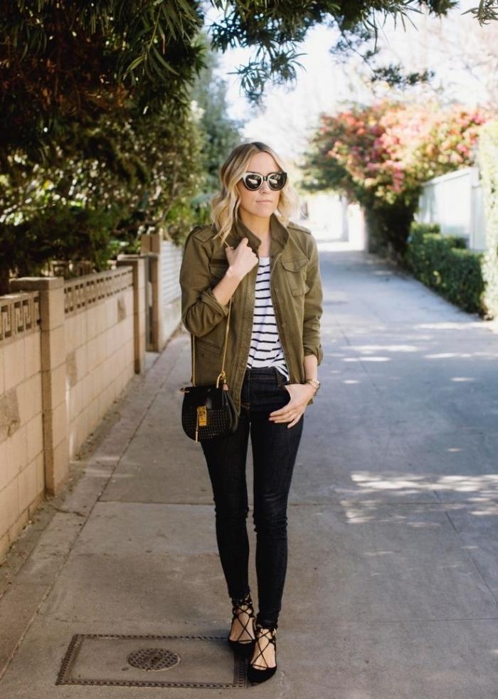 veste kaki femme, combiner les jeans noirs avec blouse rayée blanc et noir, accessoires femme lunettes et sac à main noirs