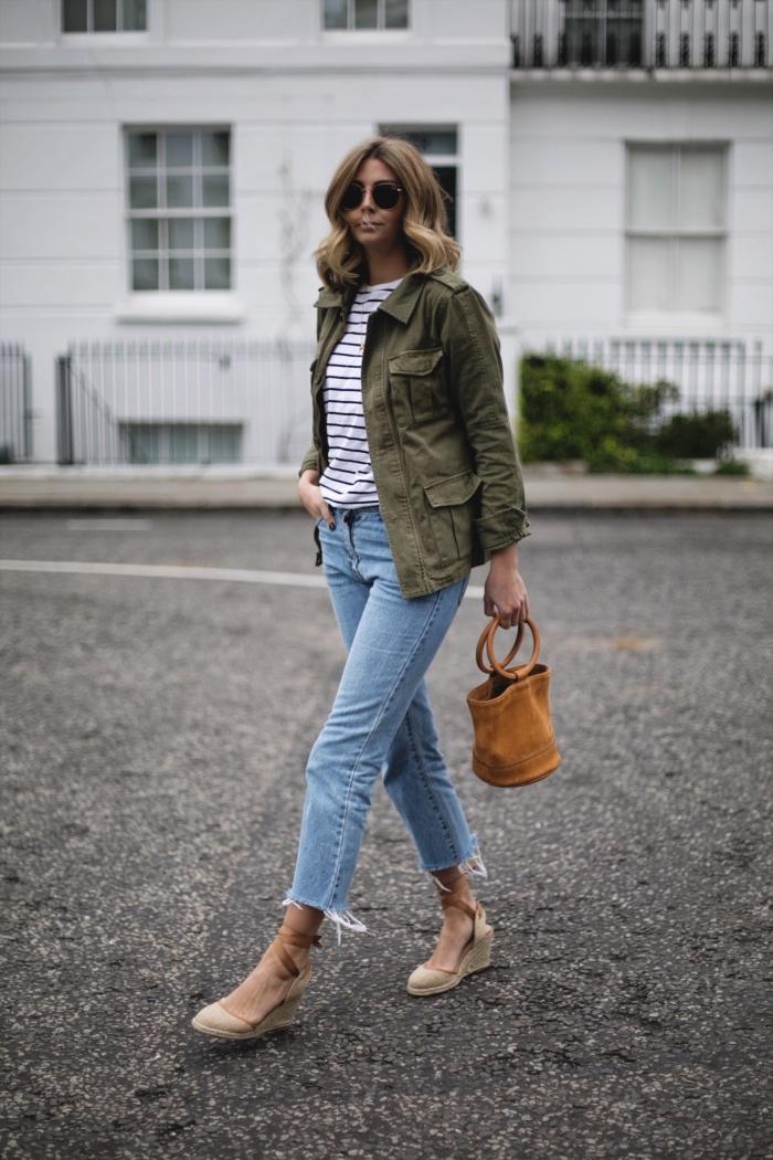 veste militaire femme, look féminin avec jeans clair et blouse blanc noir combinés avec sandales à plateformes beige