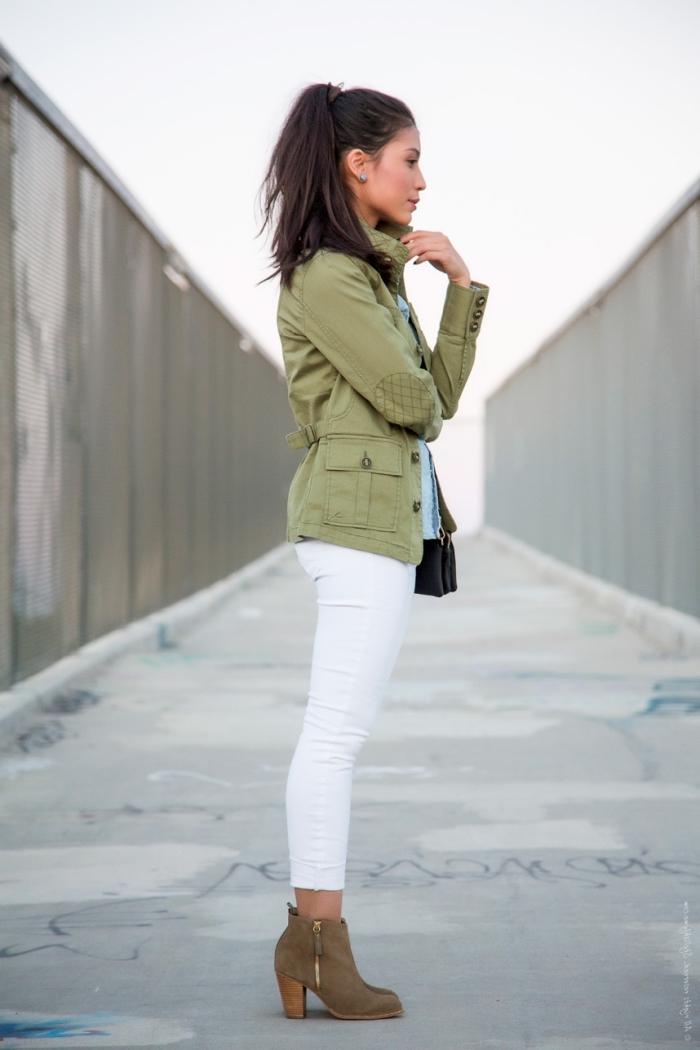 couleur kaki, pantalon blanc porté avec chemise bleu et veste de couleur kaki, coiffure cheveux marron en queue haut