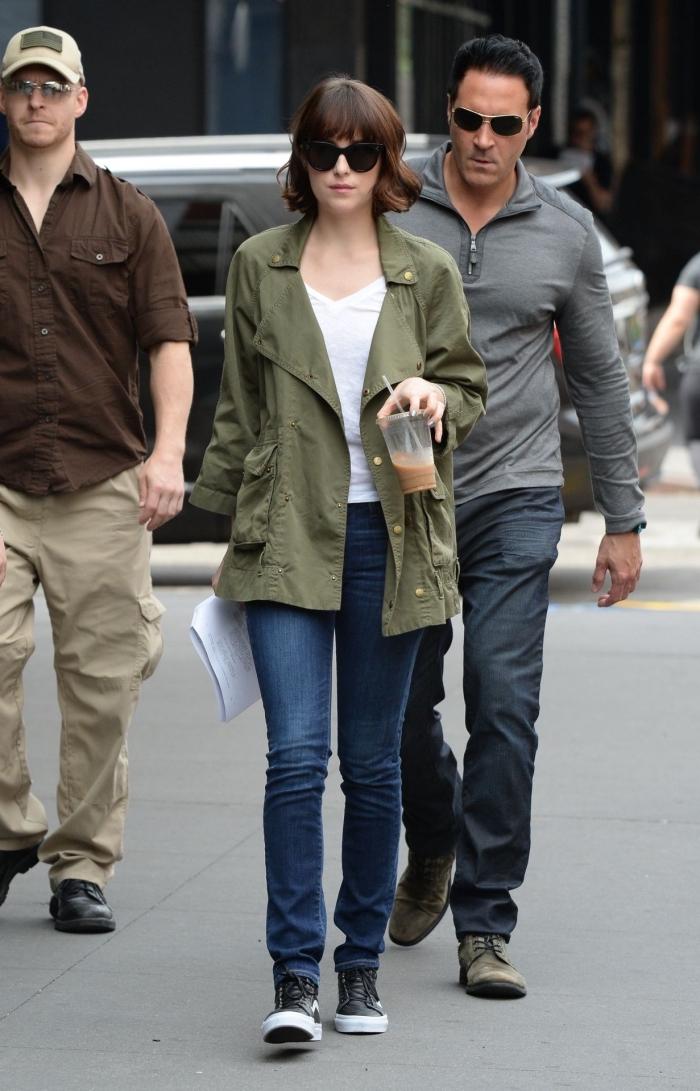 look veste kaki, coupe de cheveux courts marrons avec franges, tenue en jeans et blouse blanche