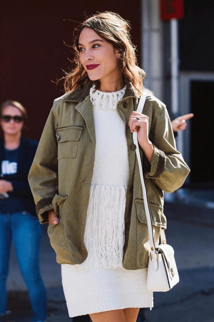association couleur vetement, modèle de tunique blanche avec franges combinée avec veste kaki