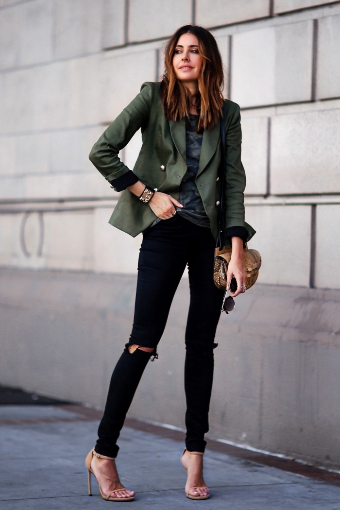 les couleurs qui vont ensemble pour s habiller, pantalon noir avec chemise bleu foncé combinés avec sandales beige et blazer kaki vert foncé