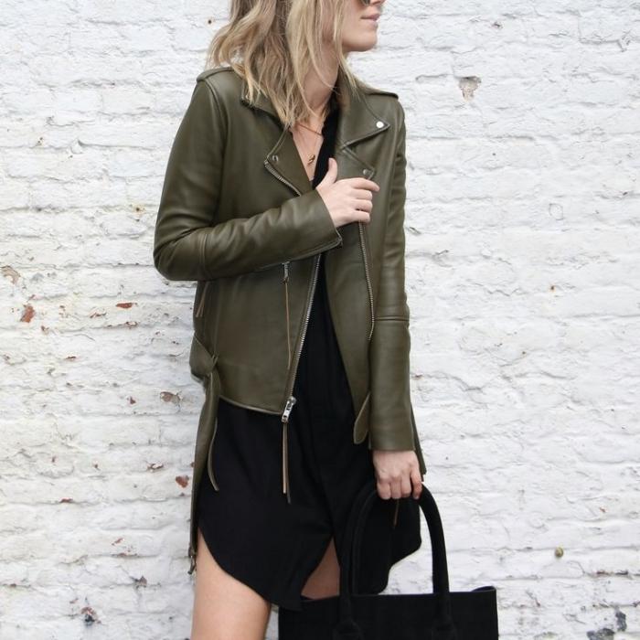 veste kaki femme, modèle de robe courte noire à design asymétrique portée avec veste en cuir de couleur kaki vert