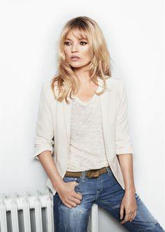 T-shirt blanc avec un jean et veste beige