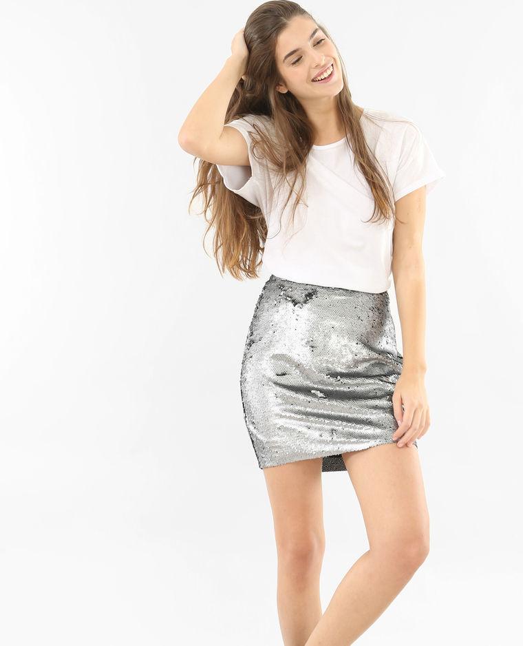 T-shirt blanc avec une jupe courte à sequins gris