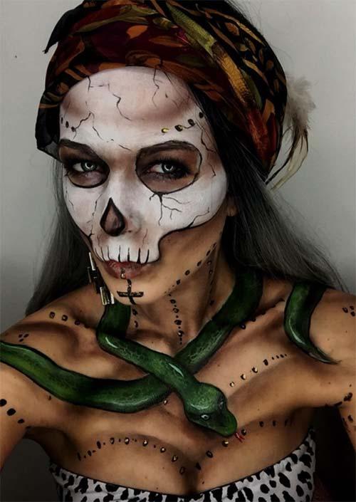 Maquillage de sorcière de Bayou pour Halloween : Comme un modèle de maquillage d'Halloween, la sorcière de Bayou semble complète avec un serpent animal. C'est fait flippant et admirablement bien ici, et c'est incroyablement détaillé d'une manière qui montre que cela a pris du temps.