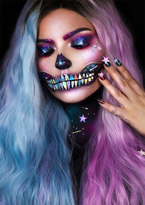 Holo Galactic Skull : Les looks Holo sont à la mode en ce moment, et incorporer l'ambiance galactique dans un look de maquillage d'Halloween est également brillant. Associez cela à la bonne perruque ou à la bonne couleur de cheveux, et à une manucure étonnante, et vous êtes prête à partir !