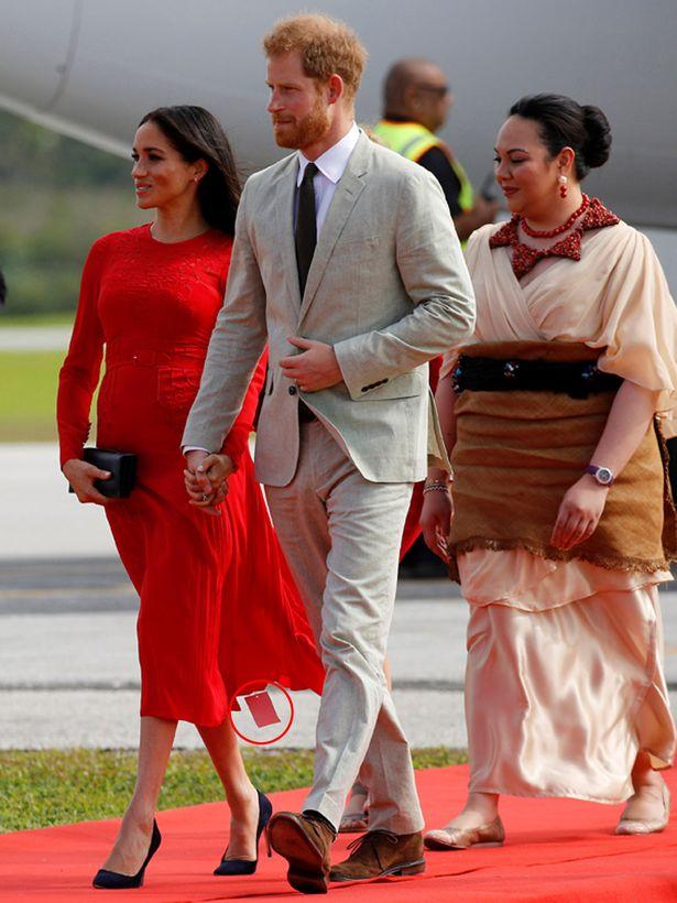 Meghan Markle portait une magnifique robe rouge éblouissante lorsqu'elle est arrivée aux Tonga lors de sa visite royale avec le prince Harry.