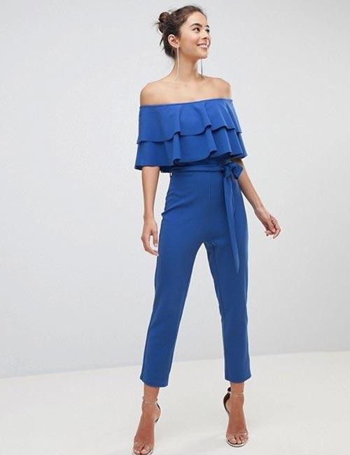Pour votre prochain mariage, osez les combinaisons, avec un pantalon simple, mais élégant bleu, et assortissez l'ensemble à des sandales à bride à la cheville. Vous pouvez vous attacher les cheveux dans un chignon en désordre et porter une pochette pour garder les cheveux au frais.