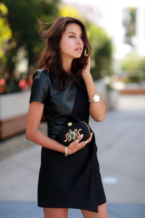 Coiffure avec accessoire élégant qui complète la tenue