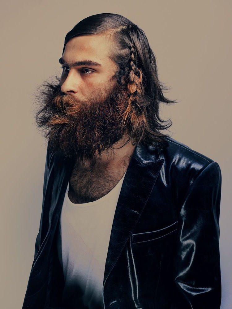 coiffure homme moderne cheveux longs tresse barbe longue
