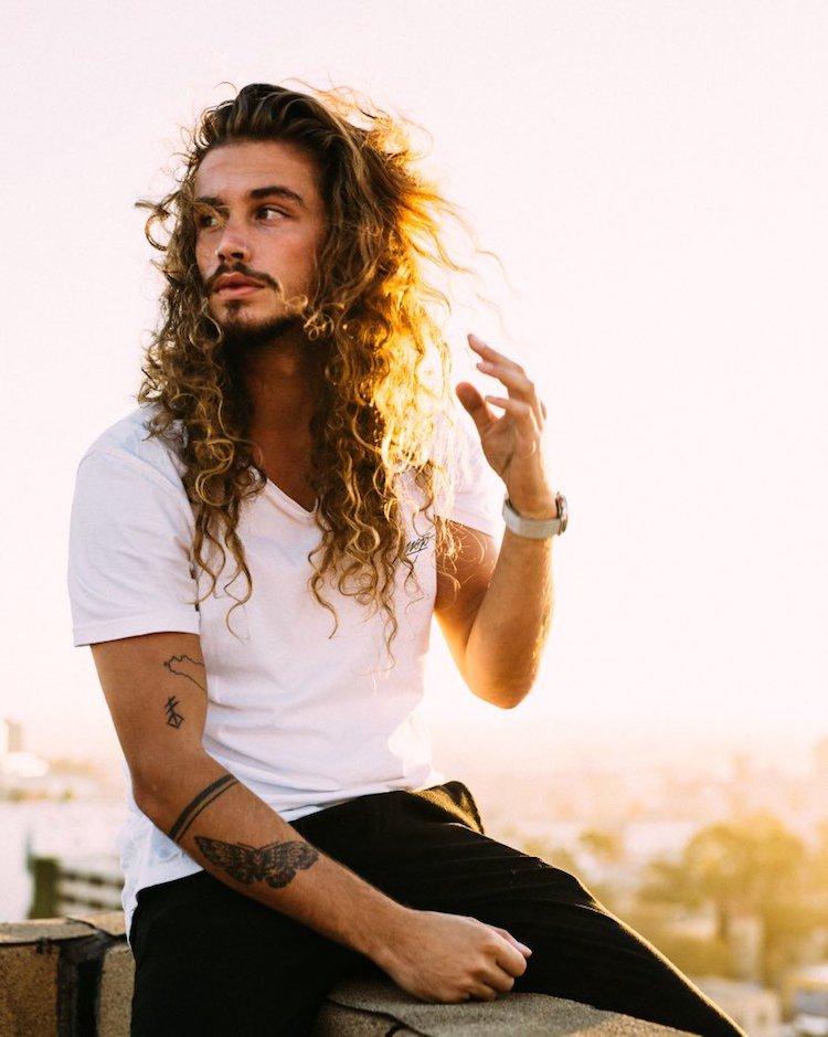 cheveux boucles longs homme