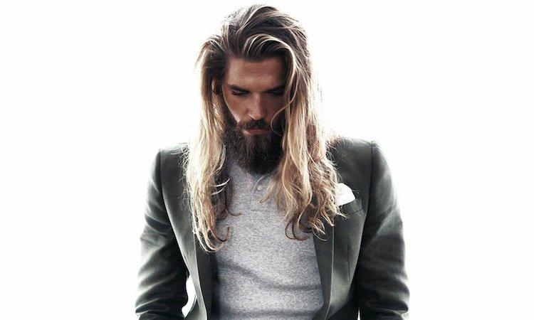 coiffure homme cheveux longs lisses veste chic pull gris