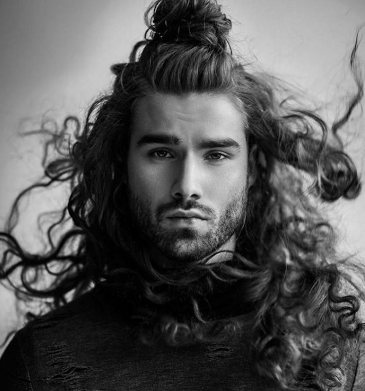 coiffure homme cheveux longs boucles man bun