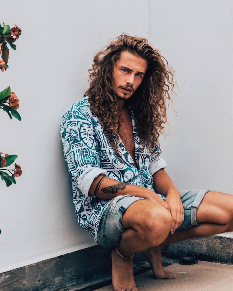cheveux longs boucles homme chemise hawaienne short denim
