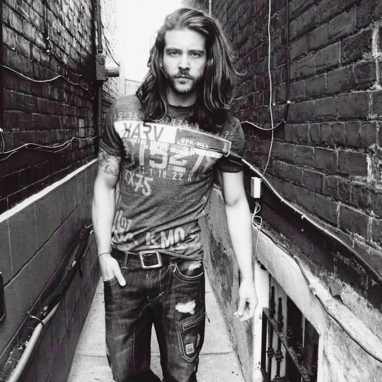 cheveux long homme tshirt jean