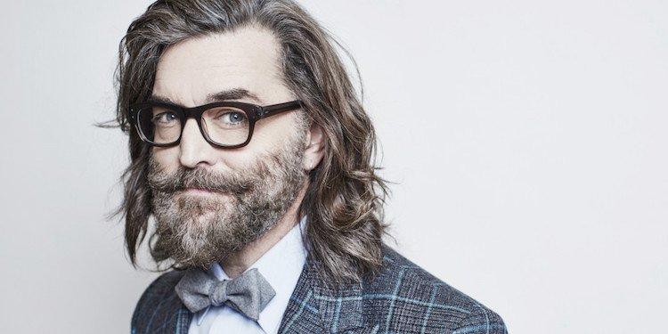 coiffure homme age cheveux longs barbe poivre et sel