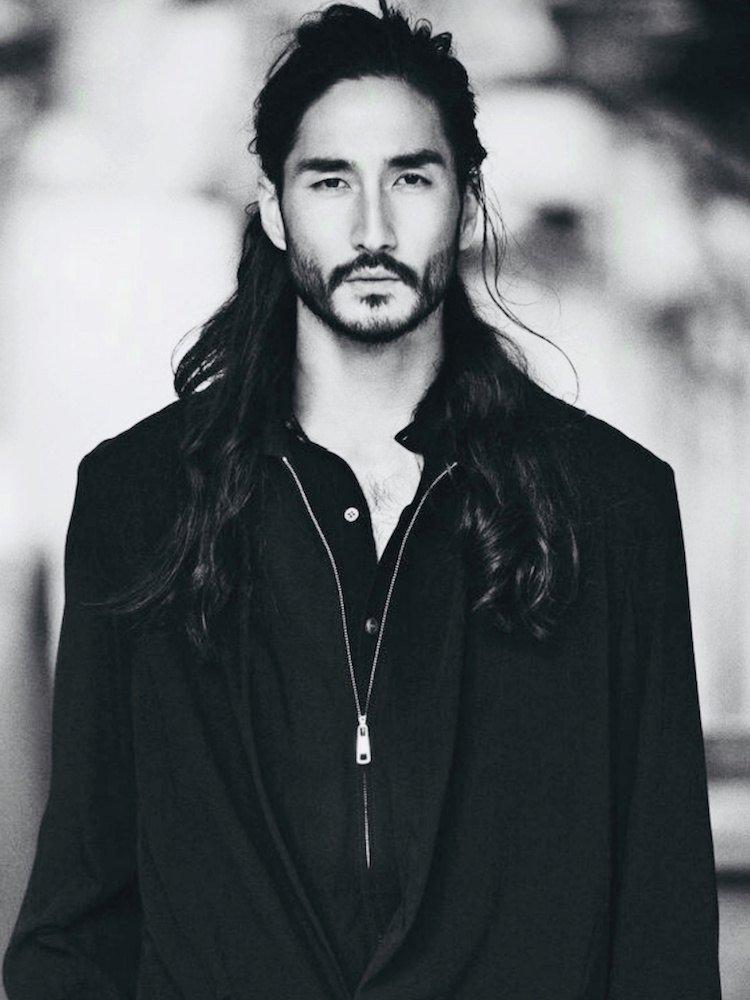cheveux long homme half man bun