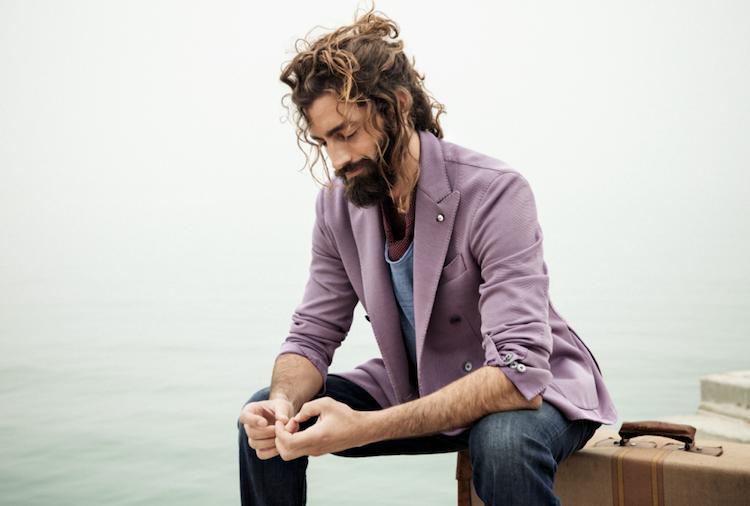 coiffure homme cheveux boucles veste mauve jean fonce