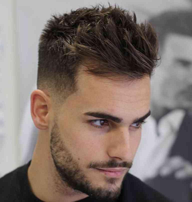 Coupe de cheveux pour hommes courte sur les cГґtГ©s longue sur le dessus