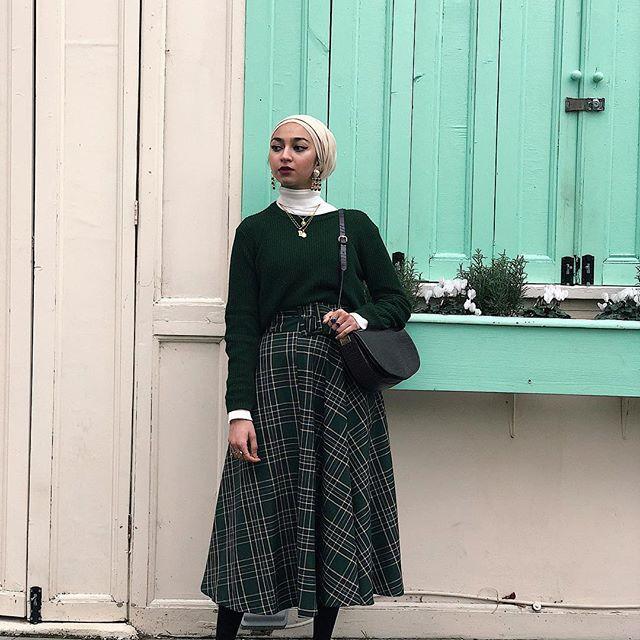 eae526979c03c إذا لم يكن لديك تنورة مقلمه يمكنك ارتداء فستان منقوش وترتدي سترة كبيرة  الحجم وستبدو بنفس الشكل.