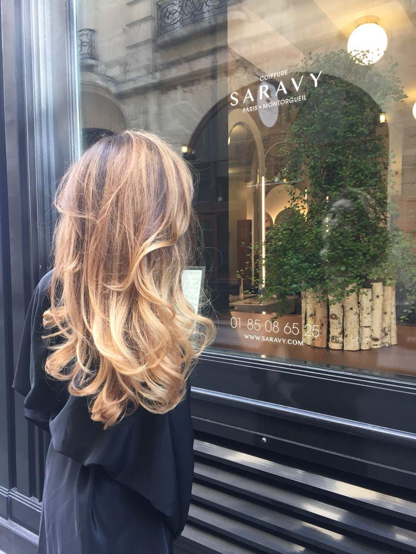 Les coiffures avec ondulations se marient parfaitement à une couleur de cheveux balayage tendance ! Et ce n'est pas difficile à comprendre si l'on tient compte de la profondeur créée par cette coloration.