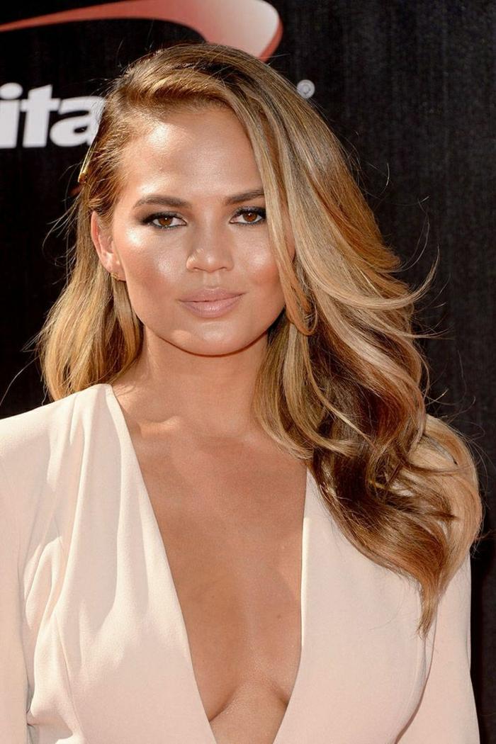Idée de couleur de cheveux balayage tendance en nuances brun clair et notes de blond