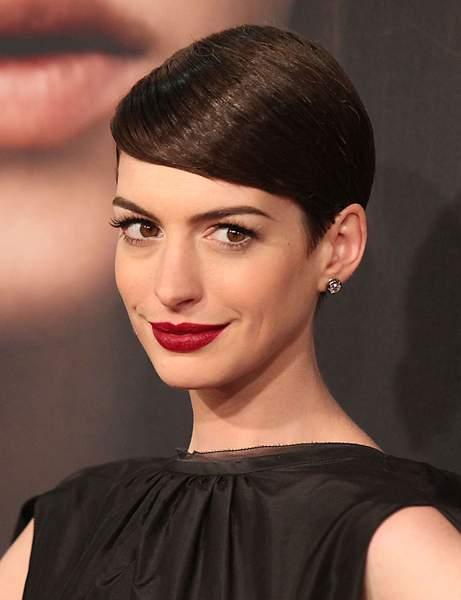 Le court coiffé sur le côté de Anne Hathaway