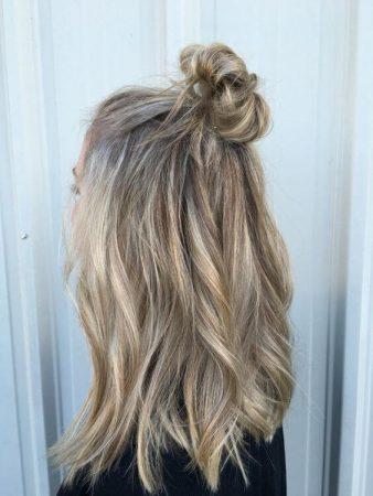 coiffures avec la moitié en haut des vagues de brioche