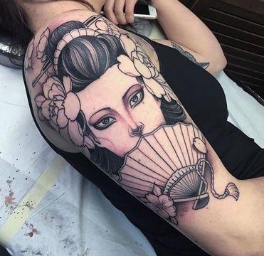 Tatouages japonais sur le bras des femmes geishas