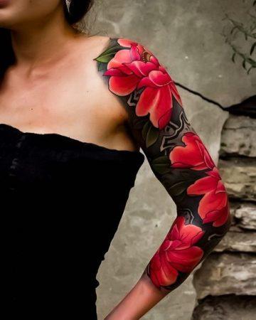 tatouages bras japonais femme : L'encre rouge et noire sont très caractéristiques des tatouages orientaux.
