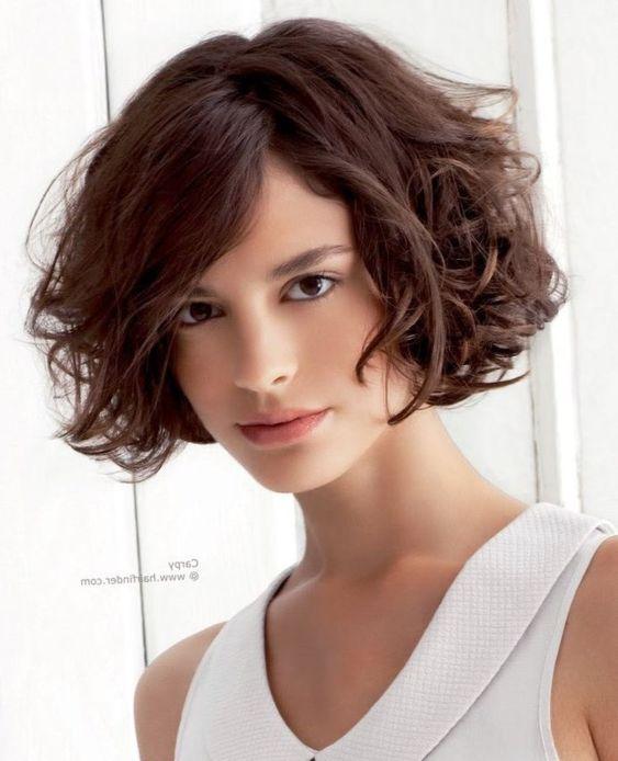 cheveux ondulés avec cheveux courts