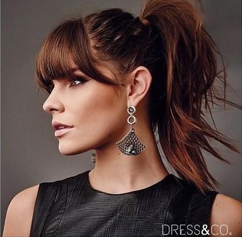 coiffure queue moyenne haute avec frange