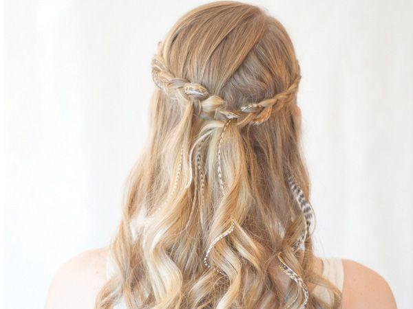 coiffures de demi-queue avec des boucles