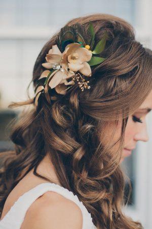 les coiffures de mariage appliquent des fleurs