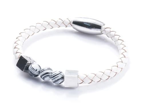 Un remarquable travail de maroquinier pour ce ravissant bracelet. Réalisé par des artisans tunisiens.