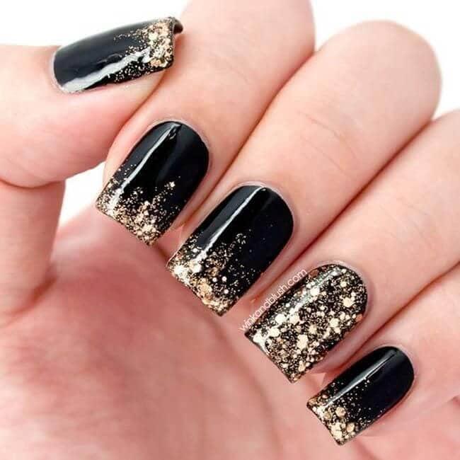 Onyx unique avec des ongles dorés et brillants