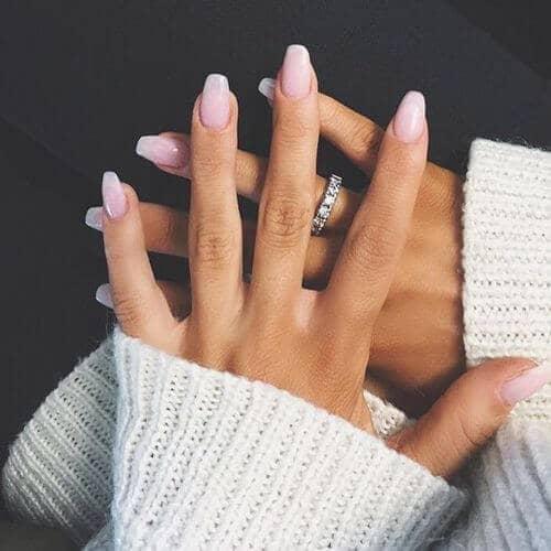 Des faux ongles longs, propres et simples