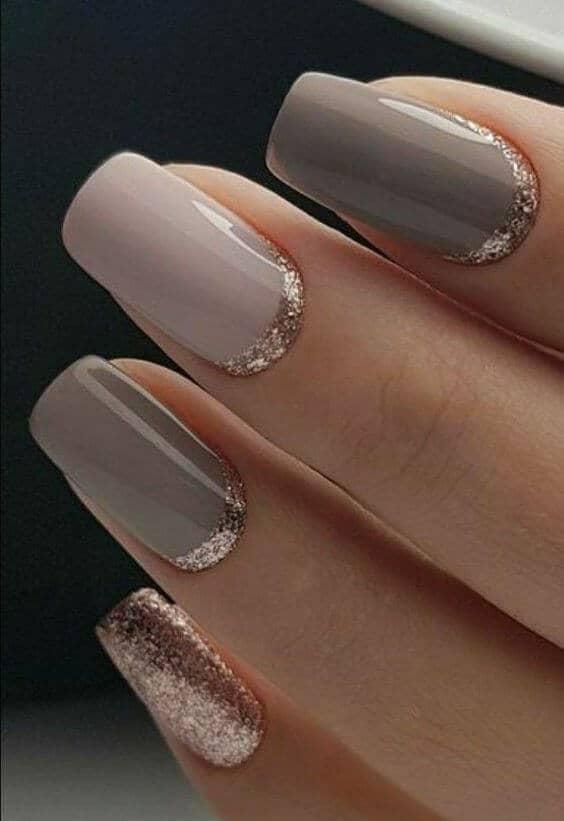 Nuances de taupe et de design d'ongles dorés