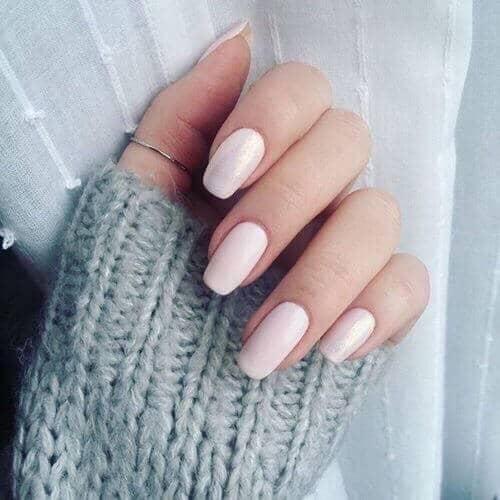 Conception simple et crémeuse d'ongles de longueur moyenne